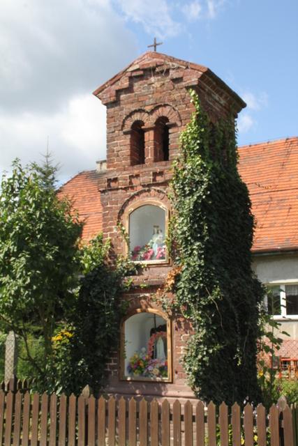 Wielołęka -  Zabytkowa kapliczka murowana.jpeg