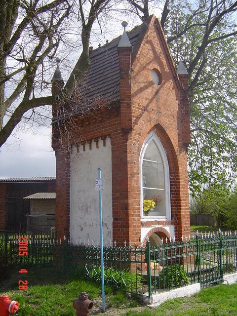 5 Kapliczka słupowa, murowana, z cegły.jpeg