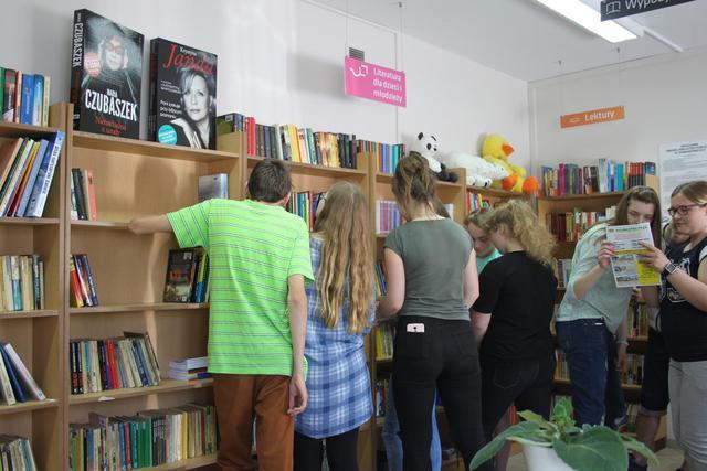 zdjęcie do odwiedzin gimnazj. w bibliotece (Copy).jpeg